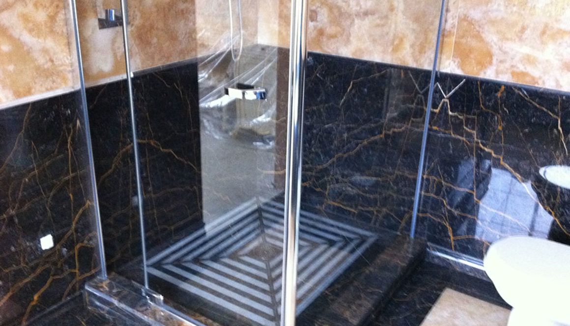 Ванная комната из золотого оникса и мрамора Port S. Laurent