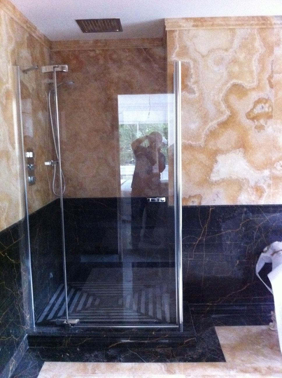 Ванная комната из золотого оникса и мрамора Port S. Laurent5