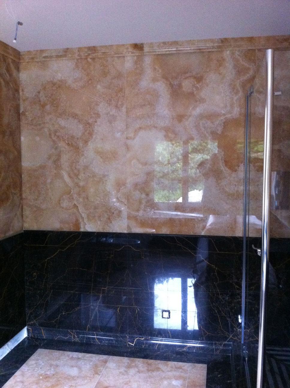 Ванная комната из золотого оникса и мрамора Port S. Laurent6