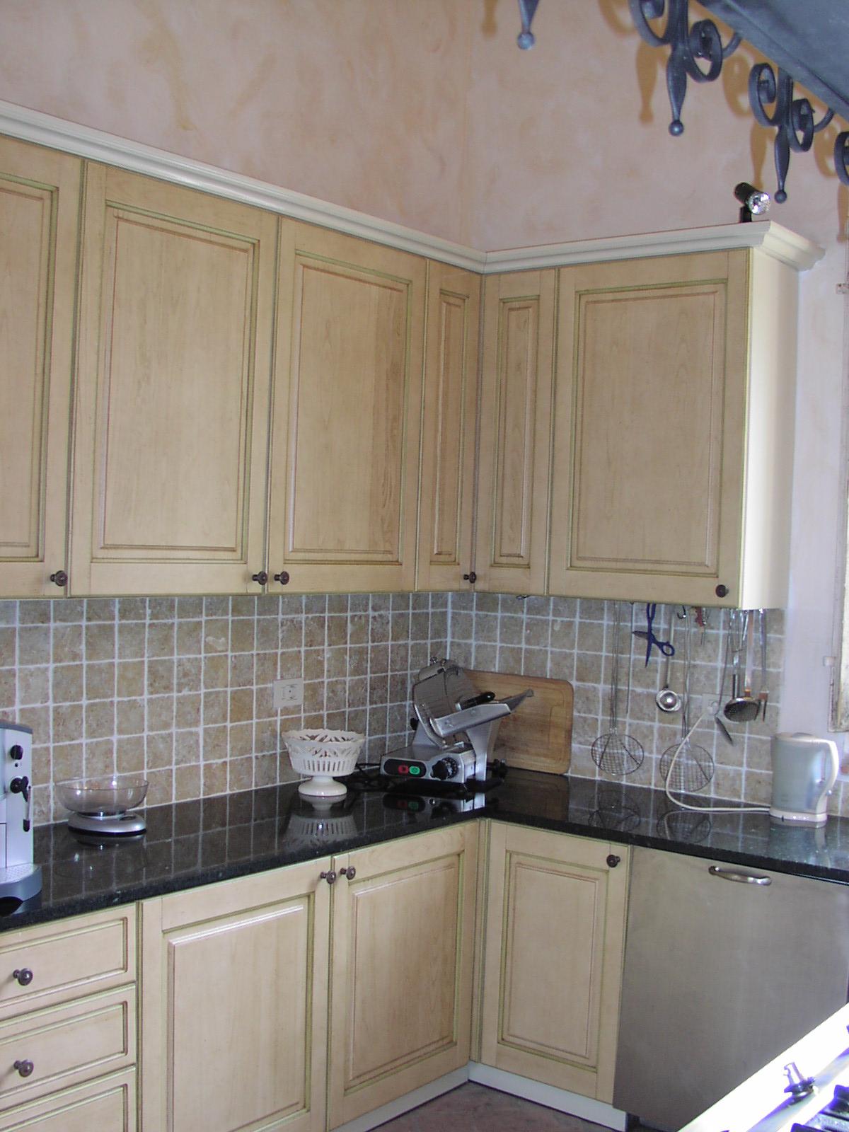 Кухонная-столешница-из-зеленого-гранита2