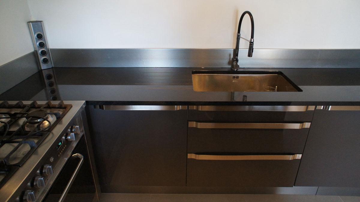 Кухонная столешница из черного гранита2