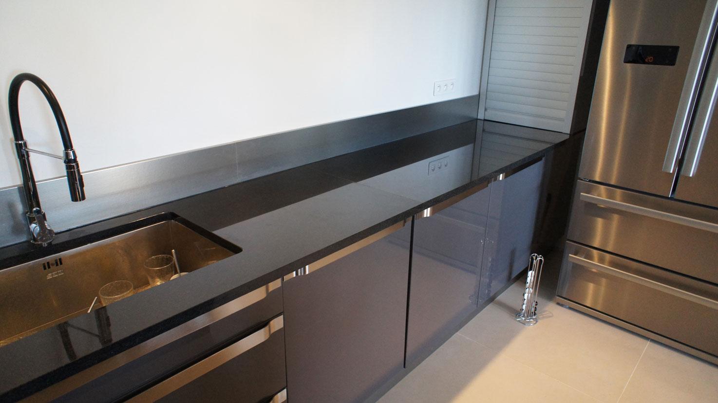 Кухонная столешница из черного гранита7