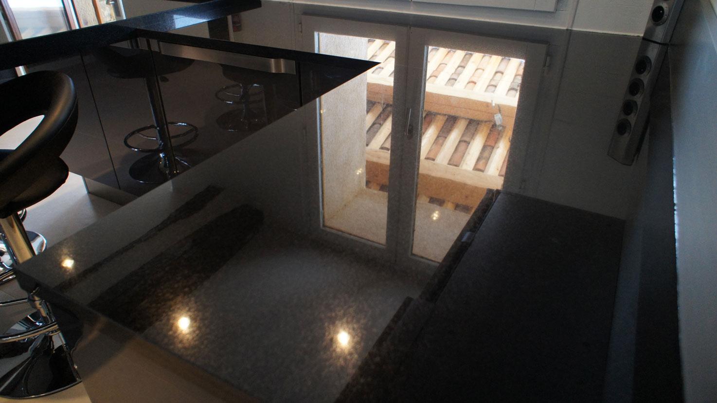 Кухонная столешница из черного гранита8